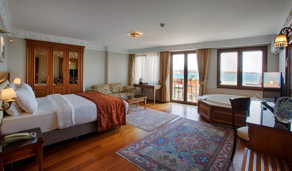 Triple Room with Sea View and Hot Tub 3-min