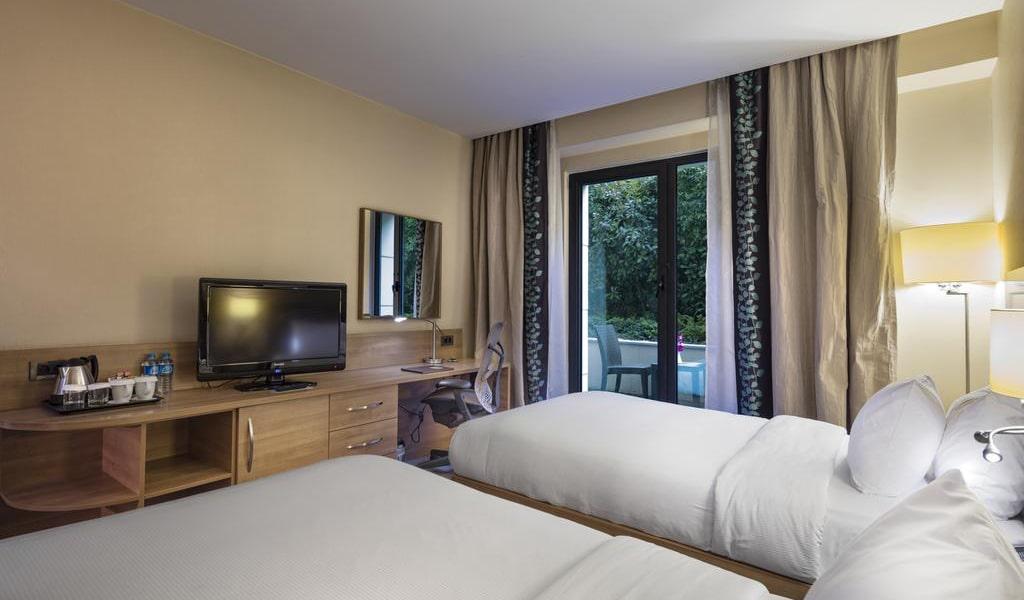 Twin Room with Balcony-min