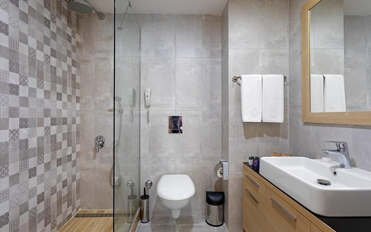 Club-Room-Bathroom-min