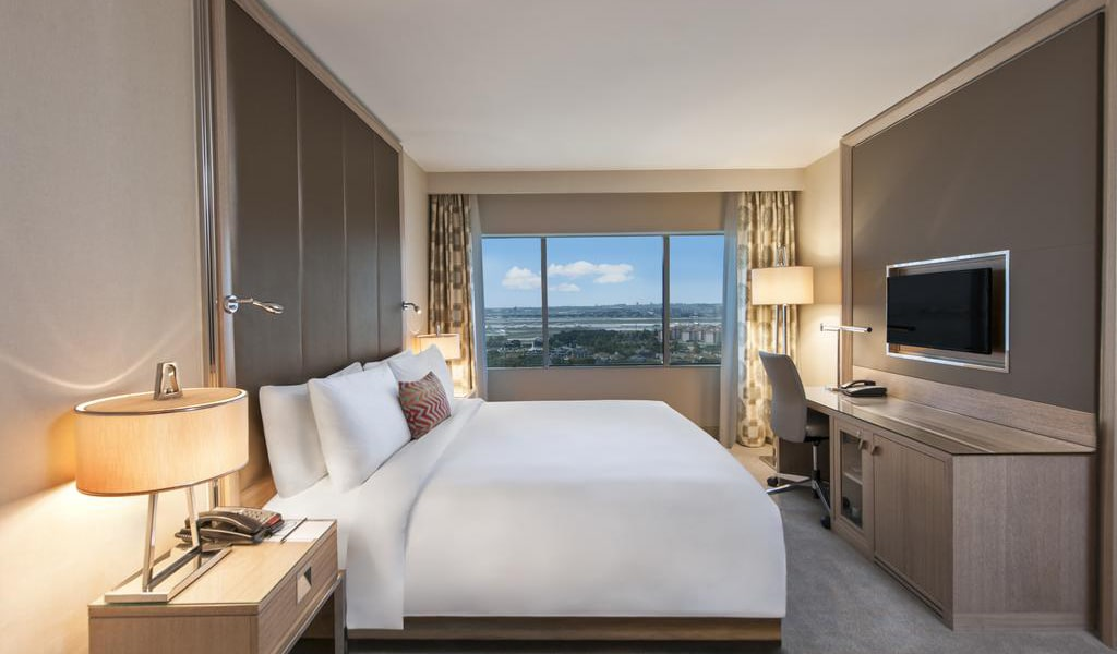 Executive, Club lounge access, Guest room, 1 King, City view 2-min