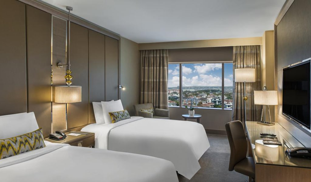 Executive, Club lounge access, Guest room, 1 King, City view 3-min