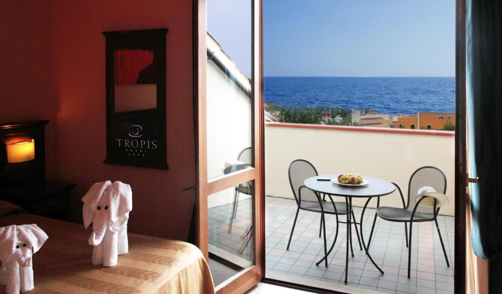 Double-or-Twin-Room-with-Sea-View-3-min