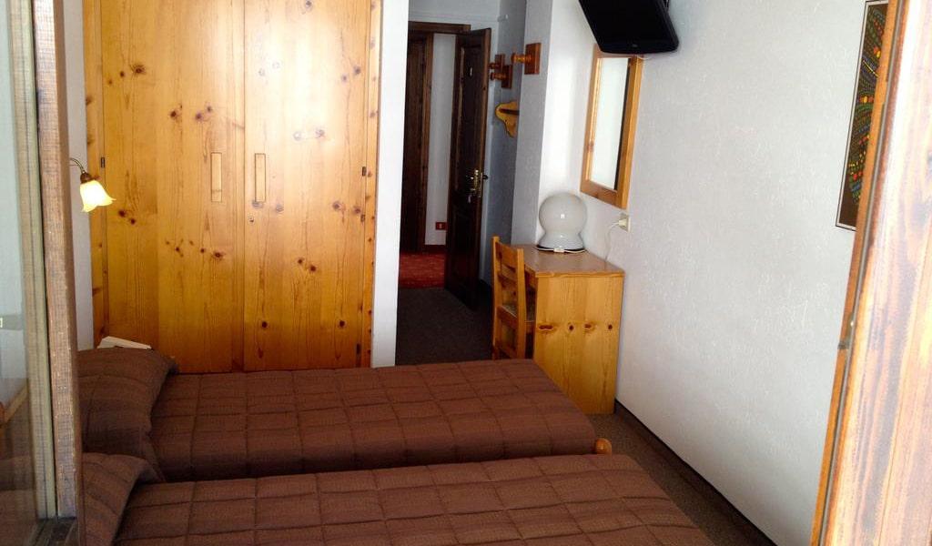Room_06-min