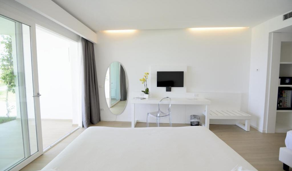 Superior-Triple-Room-with-Sea-View-2-min
