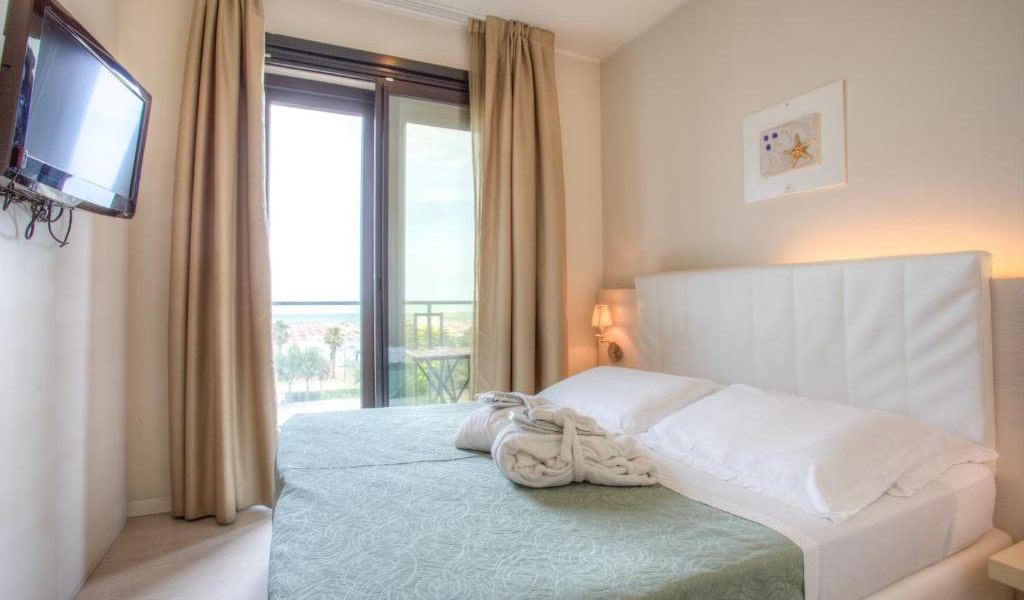 Double-or-Twin-Room-with-Beach-Access-4-min
