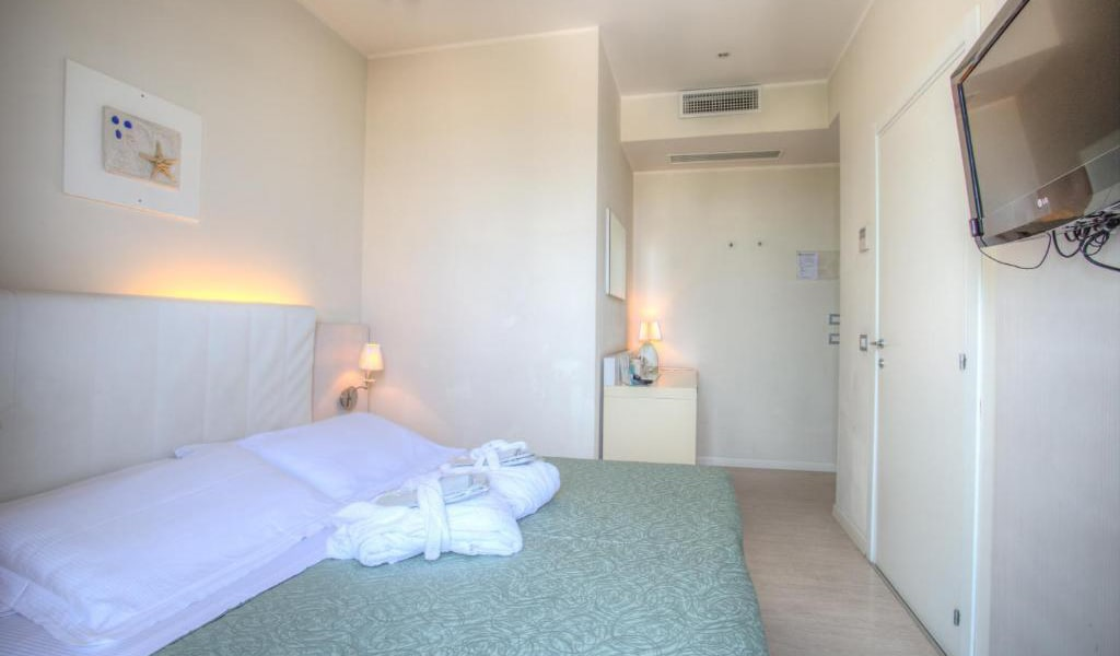 Double-or-Twin-Room-with-Spa-Access-4-min