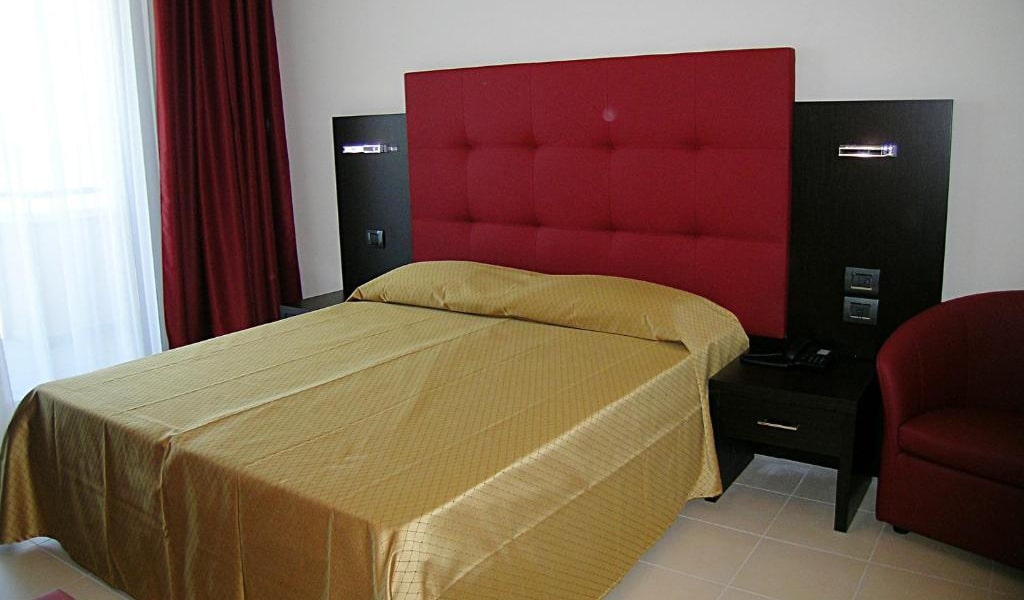 Deluxe-Double-or-Twin-Room-with-Sea-View-and-Spa-Access-3-min