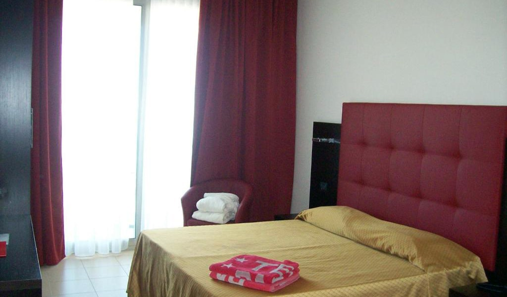 Deluxe-Double-or-Twin-Room-with-Sea-View-and-Spa-Access-4-min