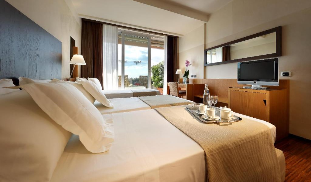 Double-or-Twin-Room-with-Balcony-and-Sea-View-and-Extra-Bed-3-min