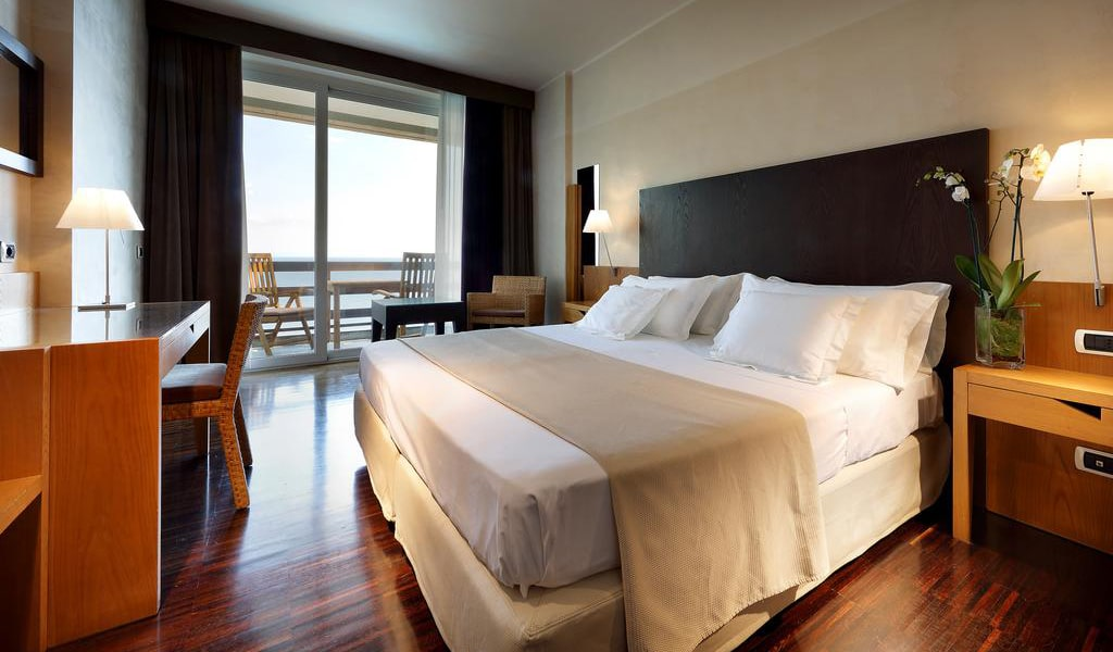 Double-or-Twin-Room-with-Sea-View-2-min