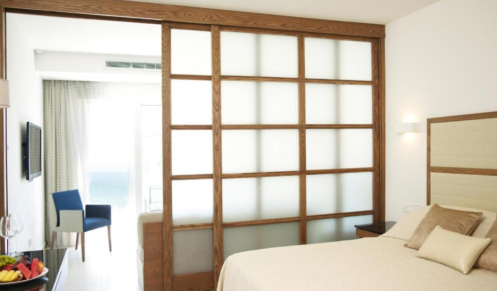 Junior-Suite-with-Sea-View-(2-Adults-+-1-Child)-min