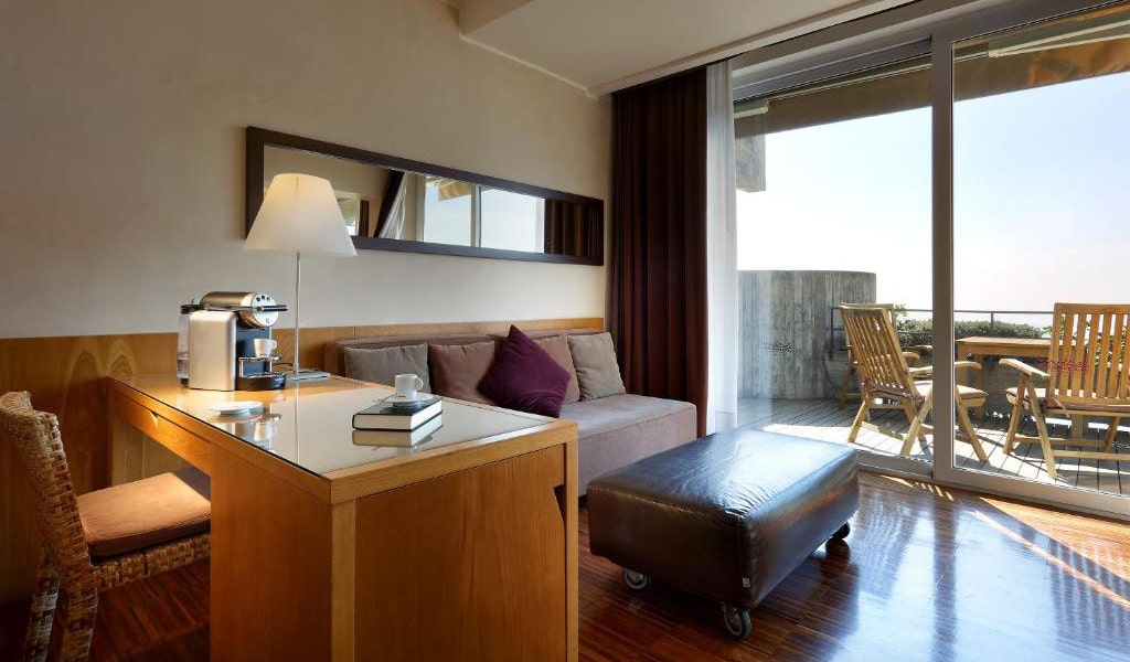 Junior-Suite-with-Terrace-and-Sea-View-2-min