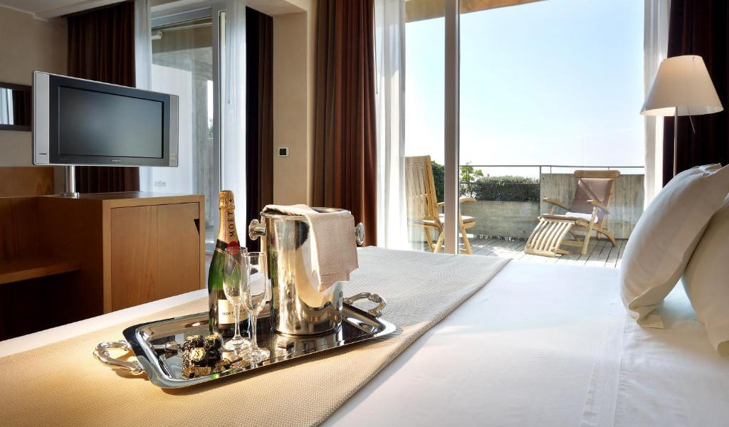 Junior-Suite-with-Terrace-and-Sea-View-4-min