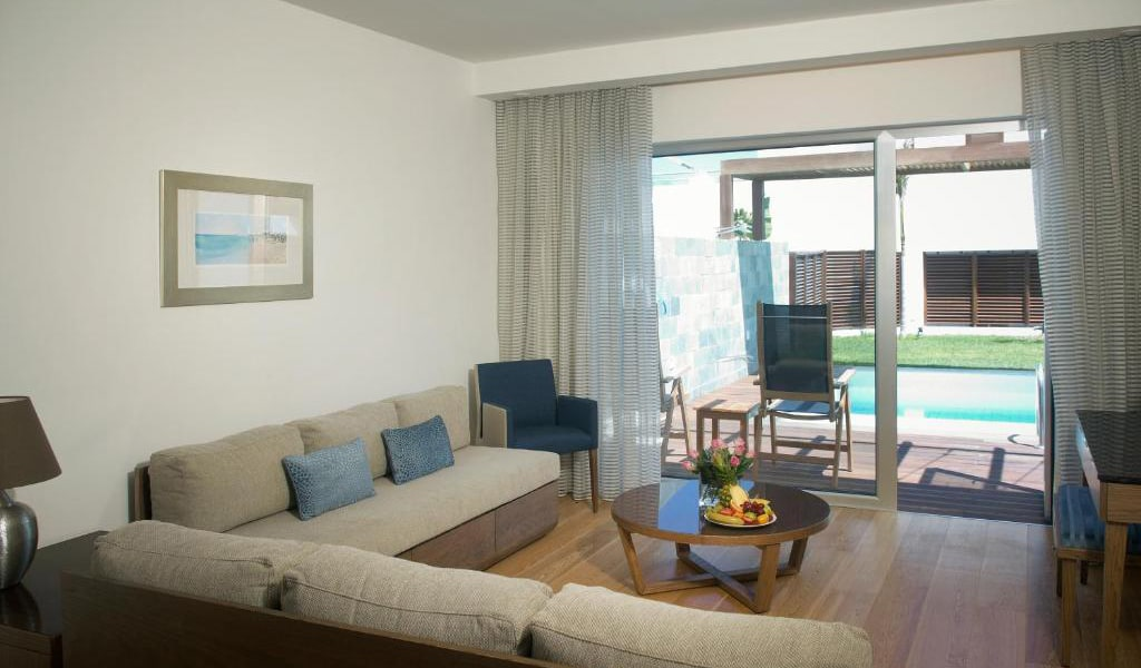 One-Bedroom-Suite-with-Private-Pool-(2-Adults-+-2-Children)-min