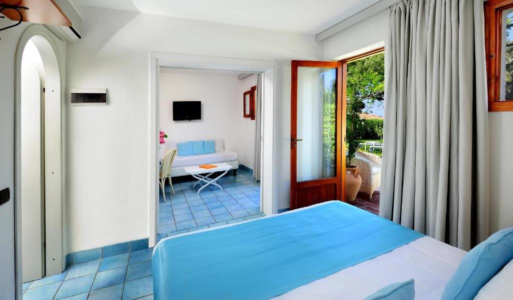 Quadruple-Room-with-Garden-View-min