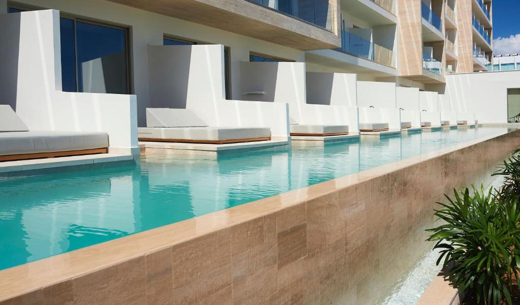 Swim-Up-Deluxe-Sea-View-Room-(Shared-Pool)-2-min