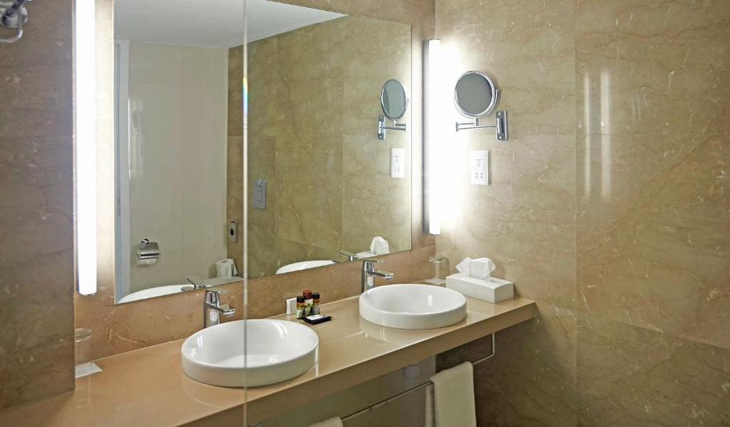 Swim-Up-Deluxe-Sea-View-Room-(Shared-Pool)-4-min