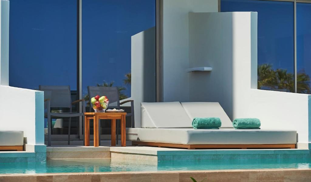 Swim-Up-Deluxe-Sea-View-Room-(Shared-Pool)-min