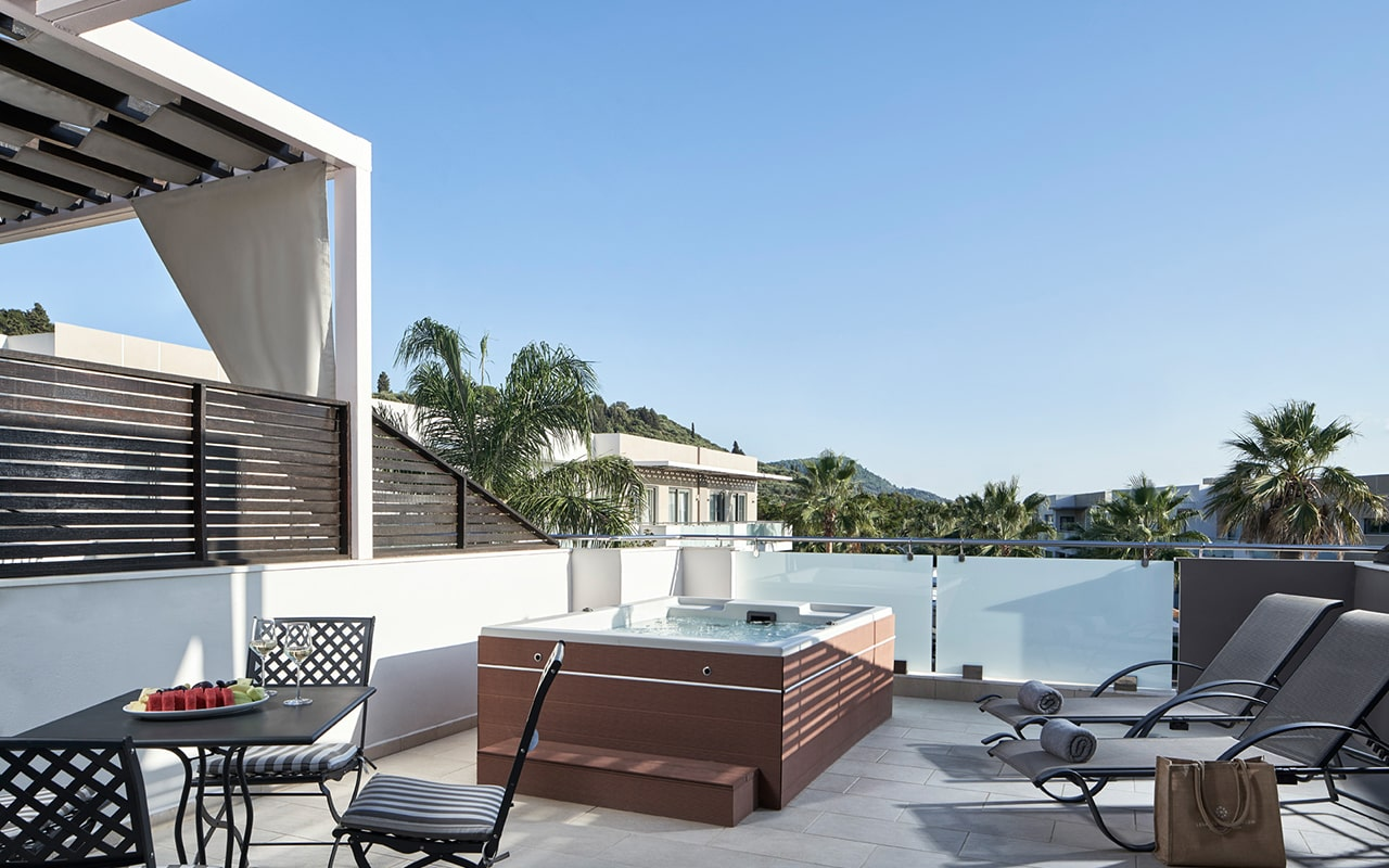 superior-suite-with-private-outdoor-jacuzzi2-min