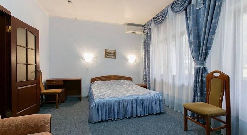 криница-корус-2-Кровать со стульями-min