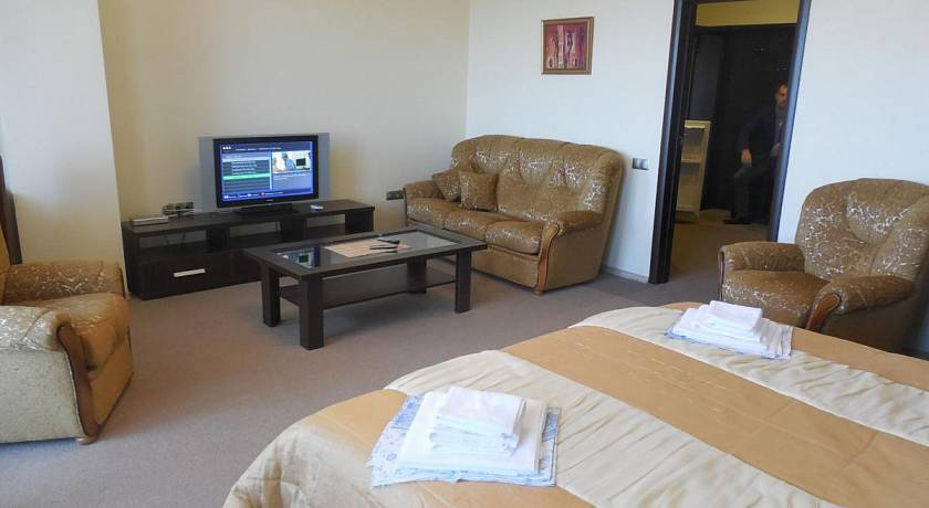 криница-корус-2-Кровать + телевизор-min
