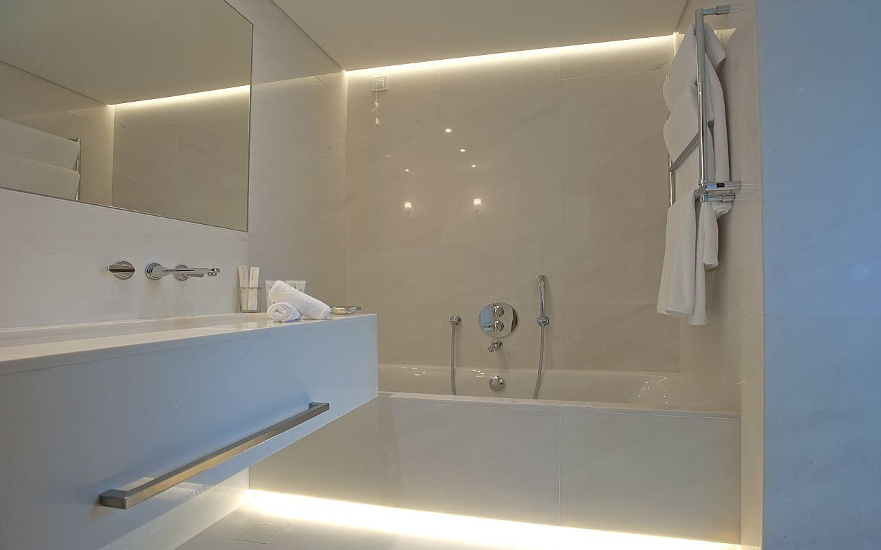 Pavilion Retreat Waterfront Bathroom