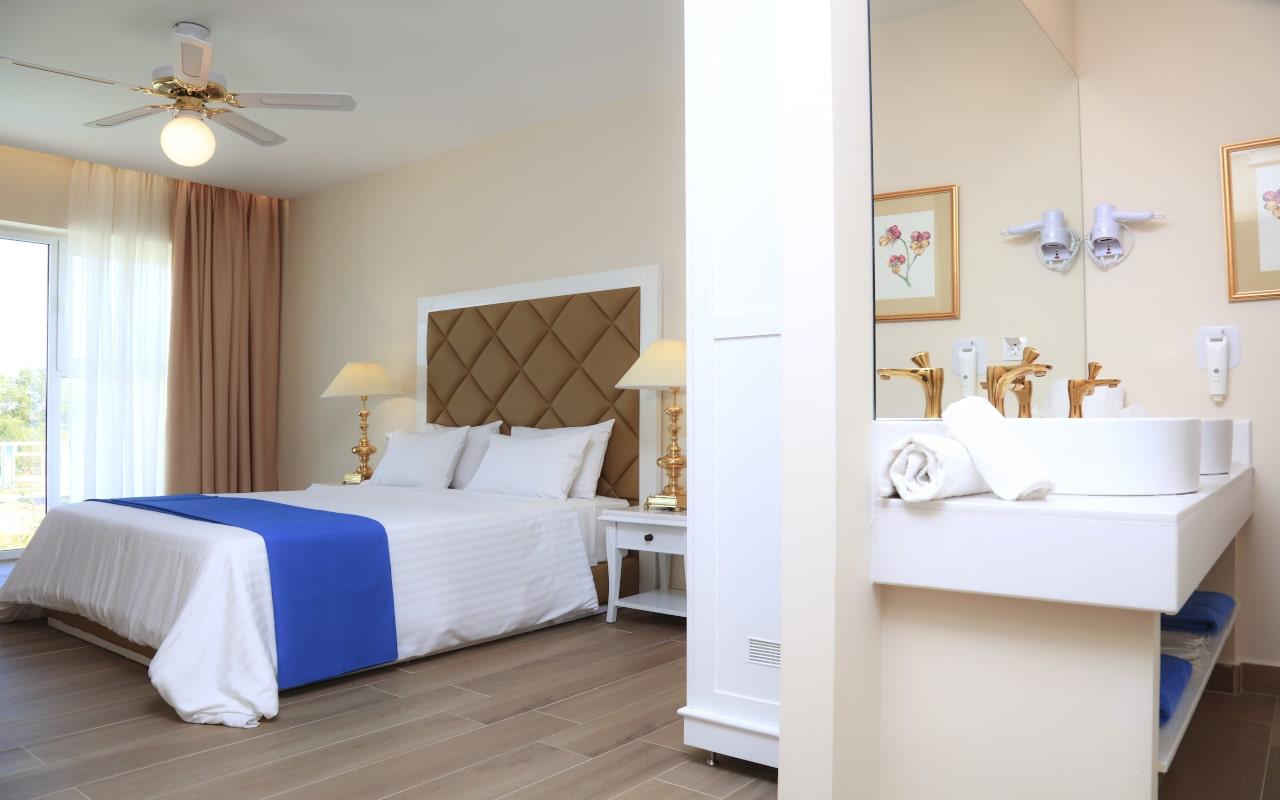 Sandy Villas One Bedroom Suite swim-up (1)-min