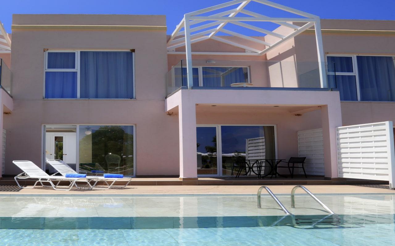 Sandy Villas One Bedroom Suite swim-up (8)-min
