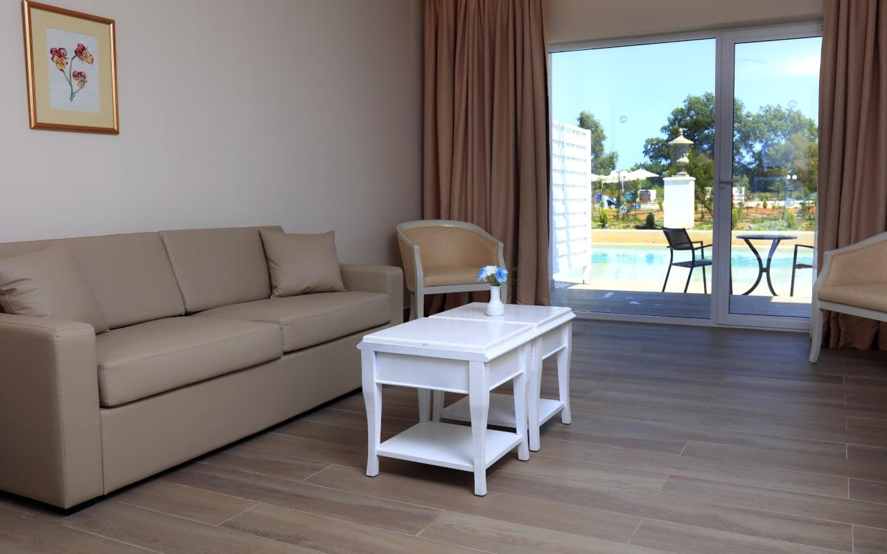 Sandy Villas One Bedroom Suite swim-up (9)-min