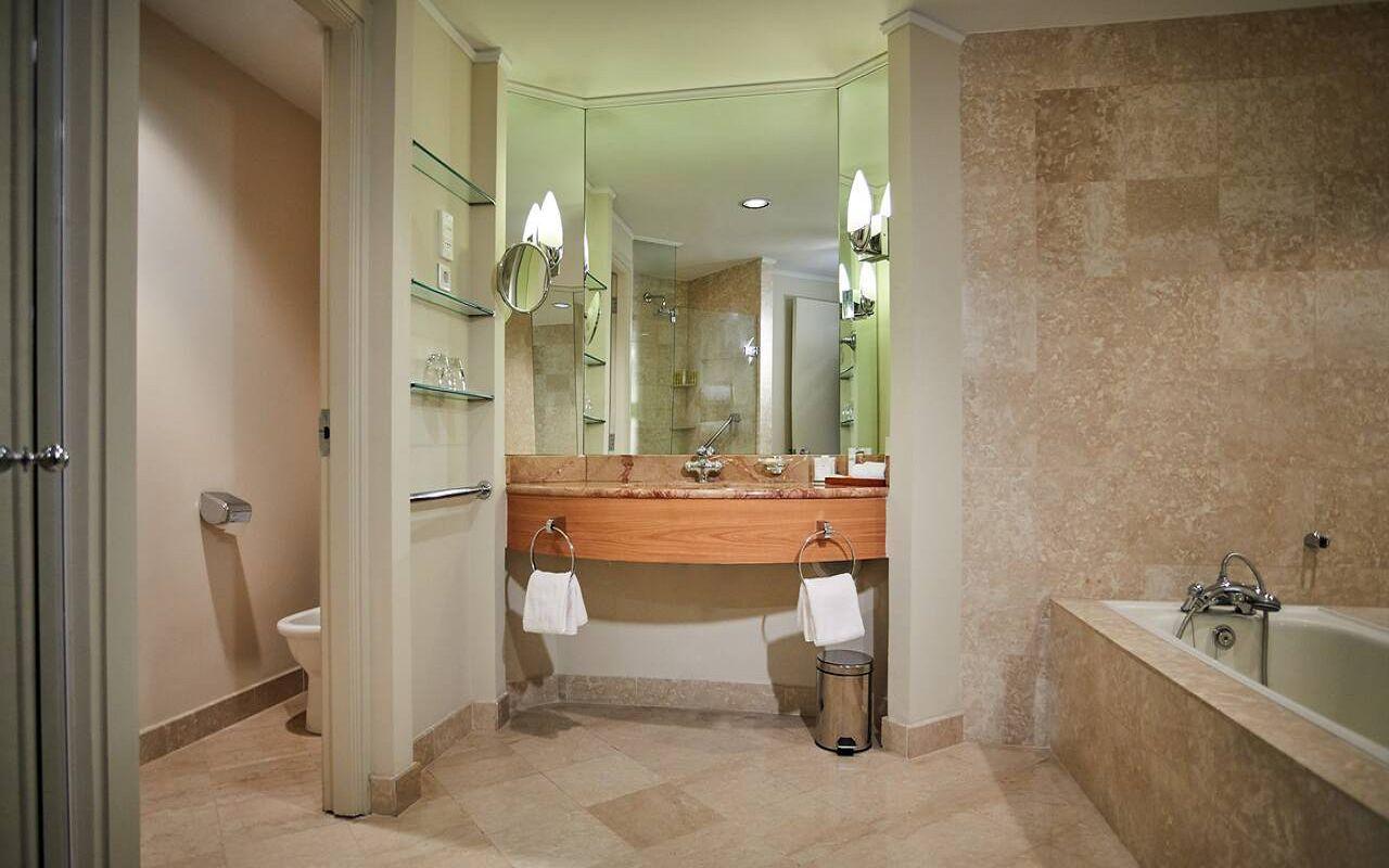 Hyatt-Regency-Belgrade-P368-Deluxe-King-Bathroom.16x9