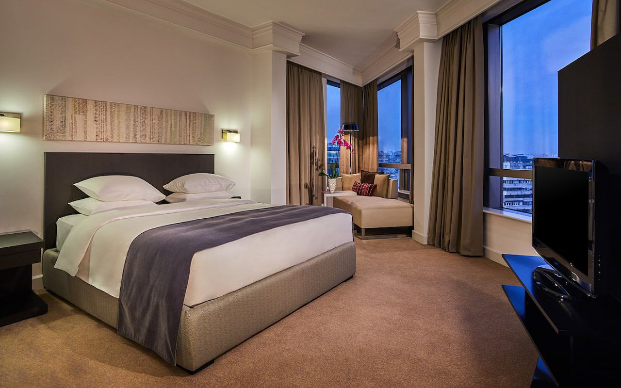 Hyatt-Regency-Belgrade-P393-Regency-Suite-Bedroom.16x9
