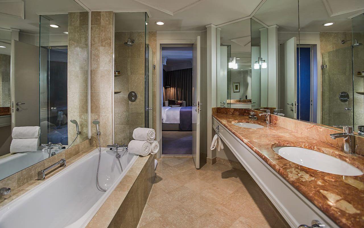 Hyatt-Regency-Belgrade-P398-Regency-Suite-Bathroom.16x9