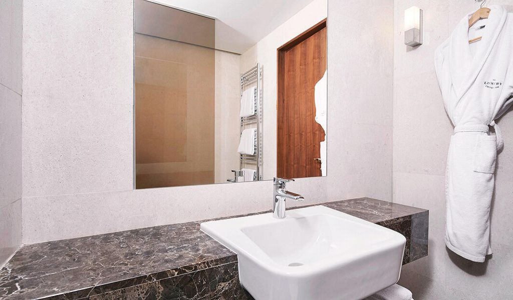 beglc-deluxe-guestbathroom-6384-hor-wide