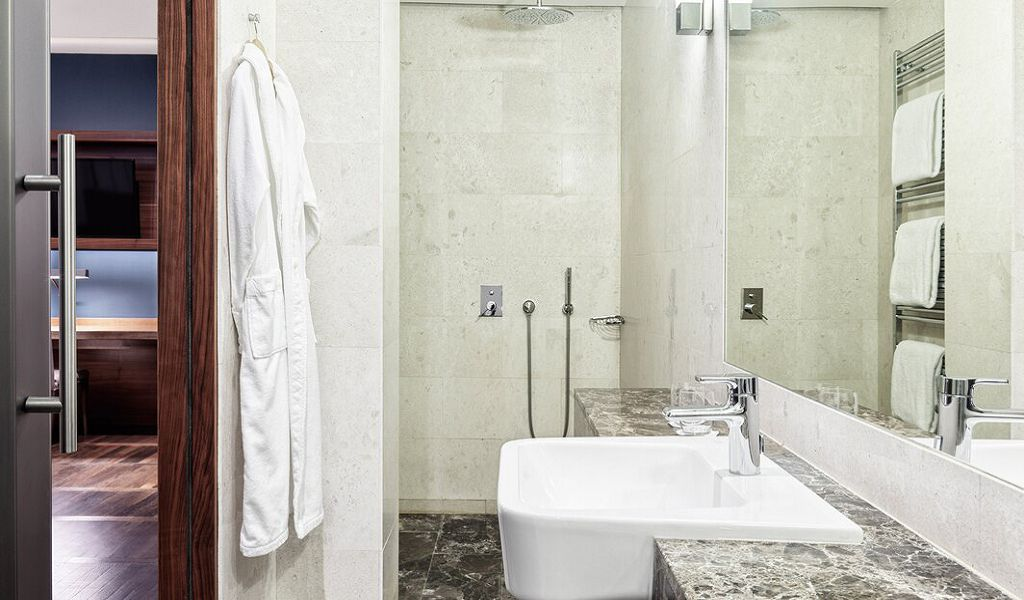 beglc-executive-suite-bathroom-0787-hor-wide