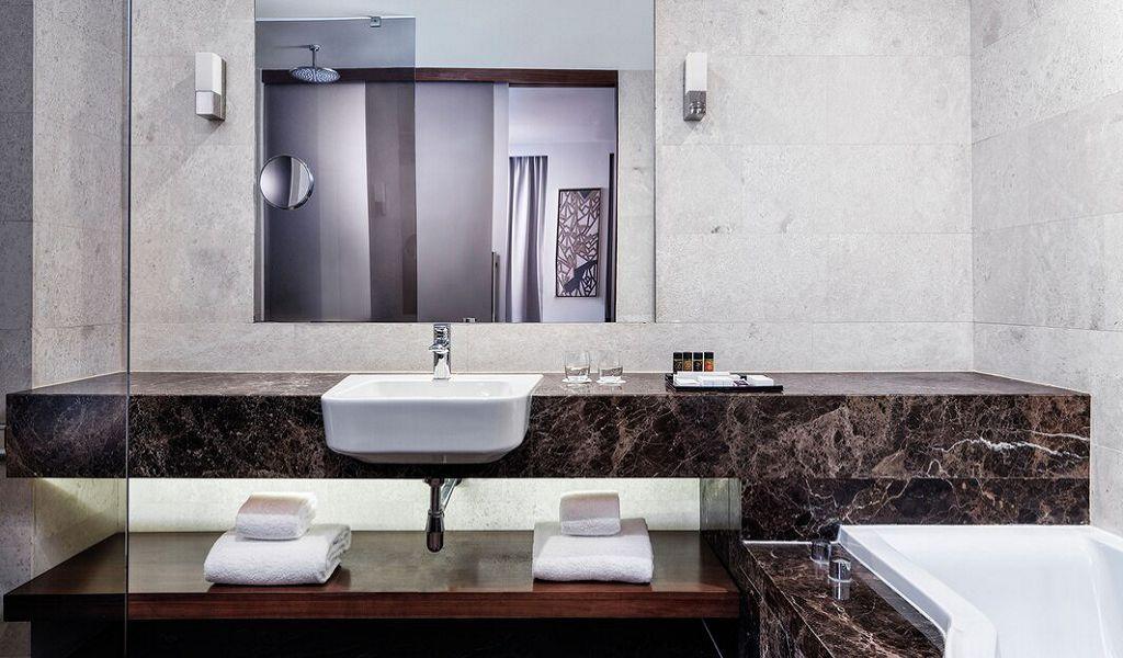 beglc-junior-suite-bathroom-0789-hor-wide