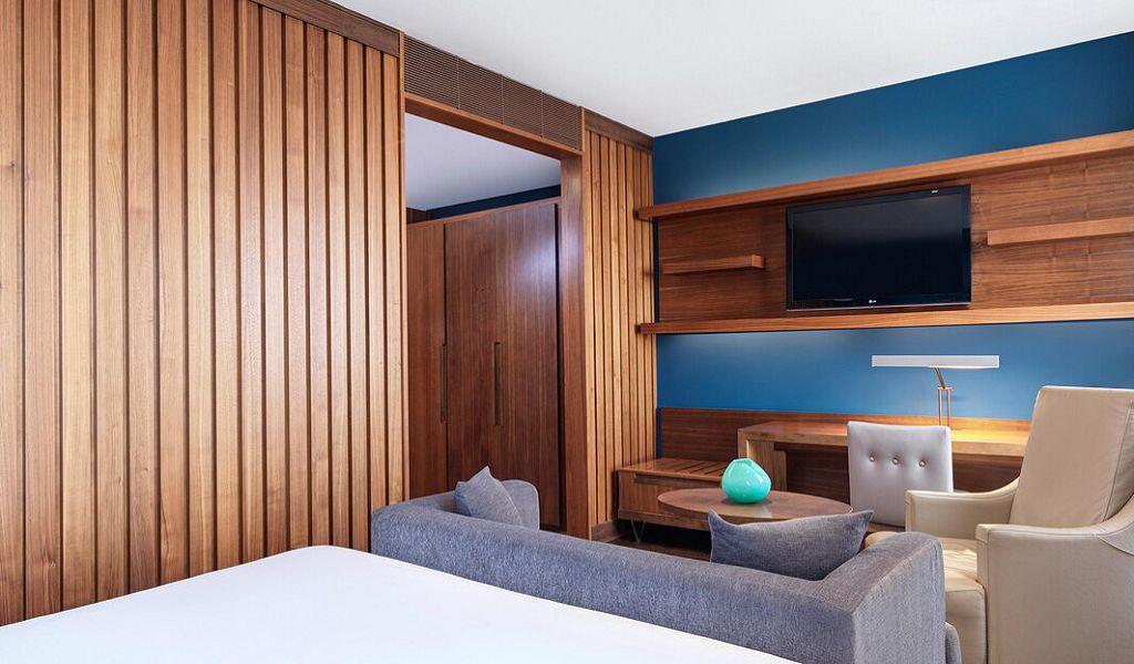 beglc-king-deluxe-guestroom-0879-hor-wide