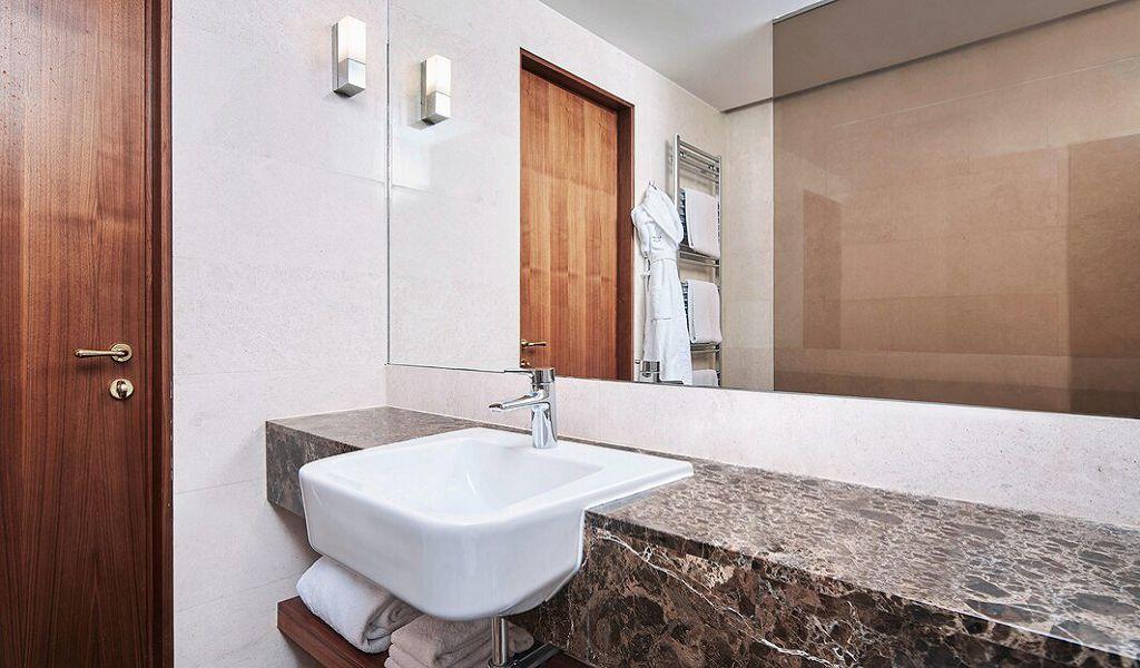 beglc-twinsuperior-guestbathroom-6685-hor-wide