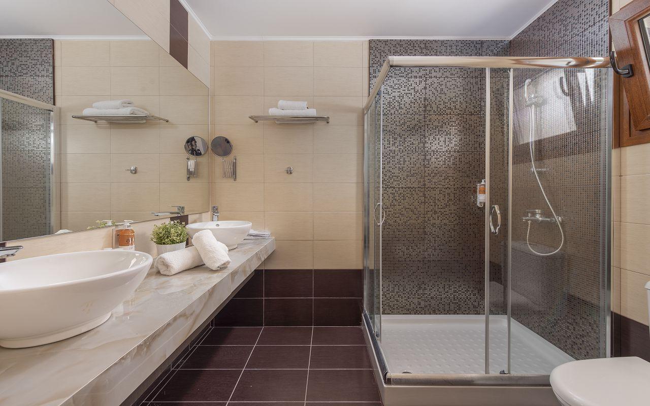 Junior-Suite-614-BathroomView01_