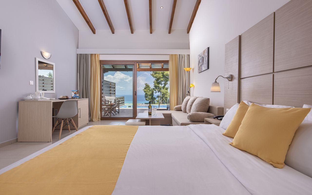 Junior-Suite-614-Bedroom-View01_