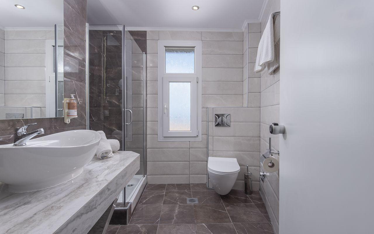 Superior-116-BathroomView01_