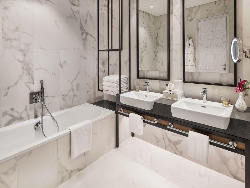 DELUXE-BathroomAltView
