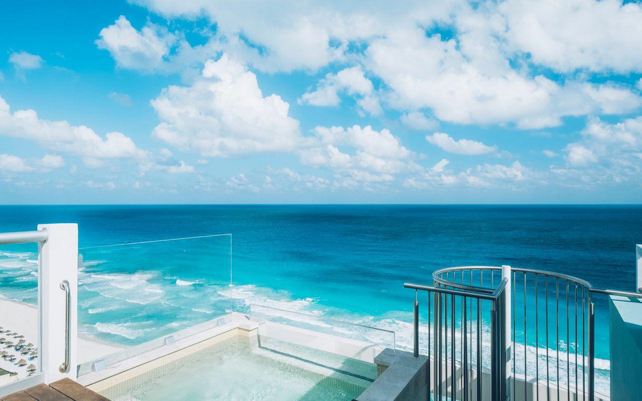 Junior Suite Ocean Front Corner Roof Top (1)
