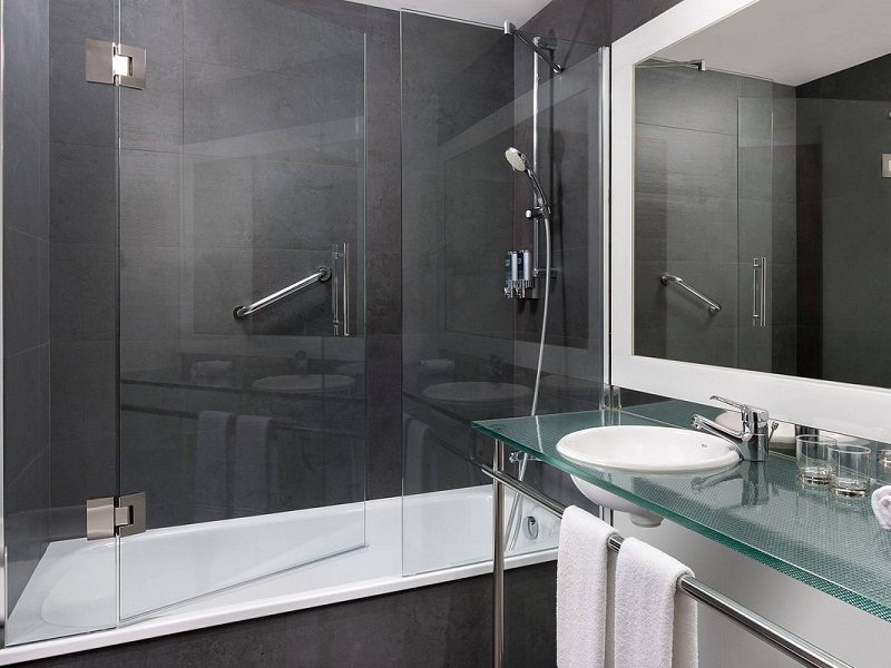 bathroom-with-bathub